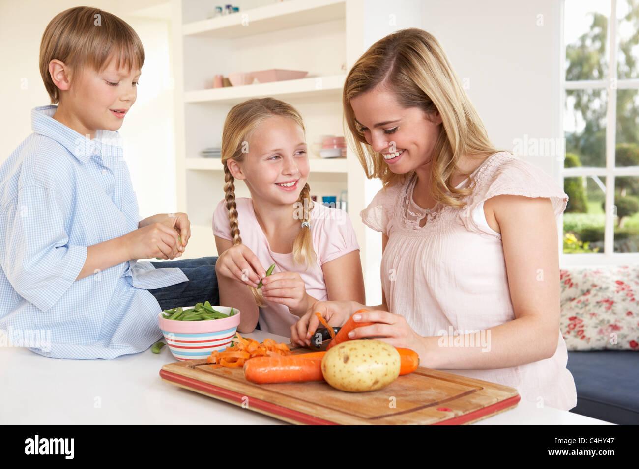 С мамкой на кухне, Мама и сын на кухне - смотреть порно онлайн или скачать 11 фотография