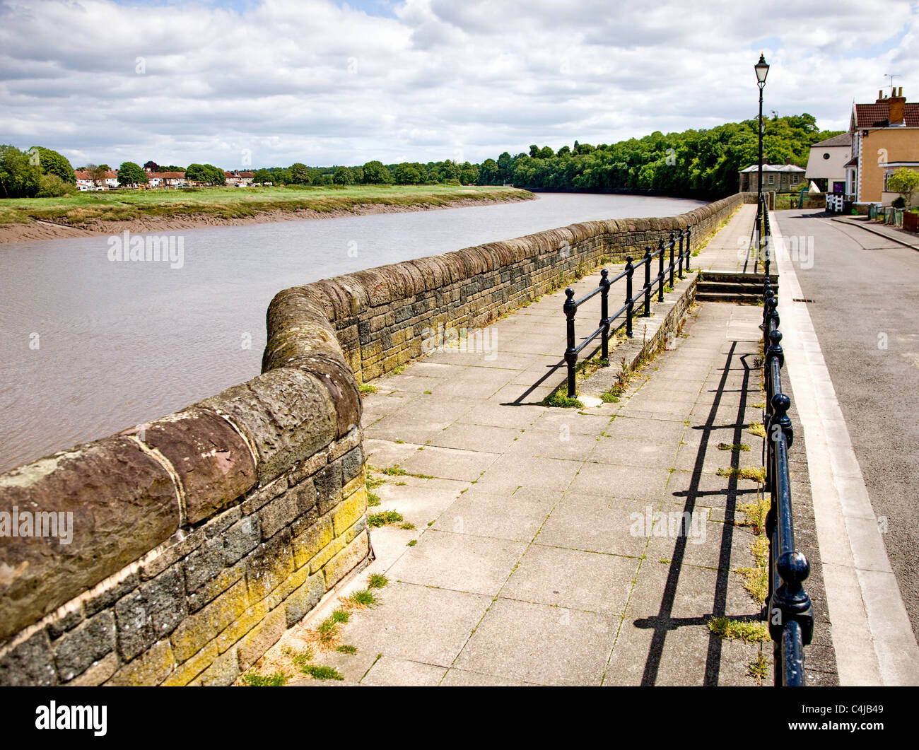 The sea wall promenade and the river Avon at Pill near Bristol - Stock Image