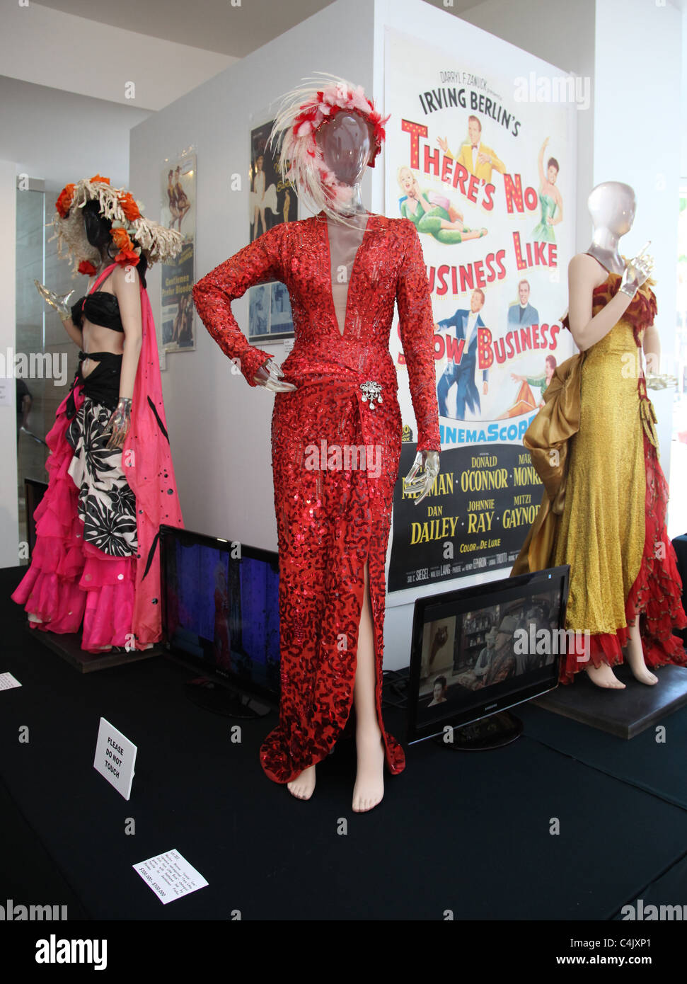 MARILYN MONROE DRESSES FROM HEAT WAVE TWO LITTLE GIRLS FROM LITTLE ROCK RIVER OF NO RETURN DEBBIE REYNOLDS HOLLYWOOD - Stock Image