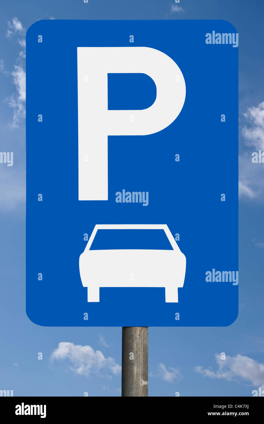Detailansicht des Verkehrsschildes Parkplatz | Detail photo of the road sign parking place Stock Photo