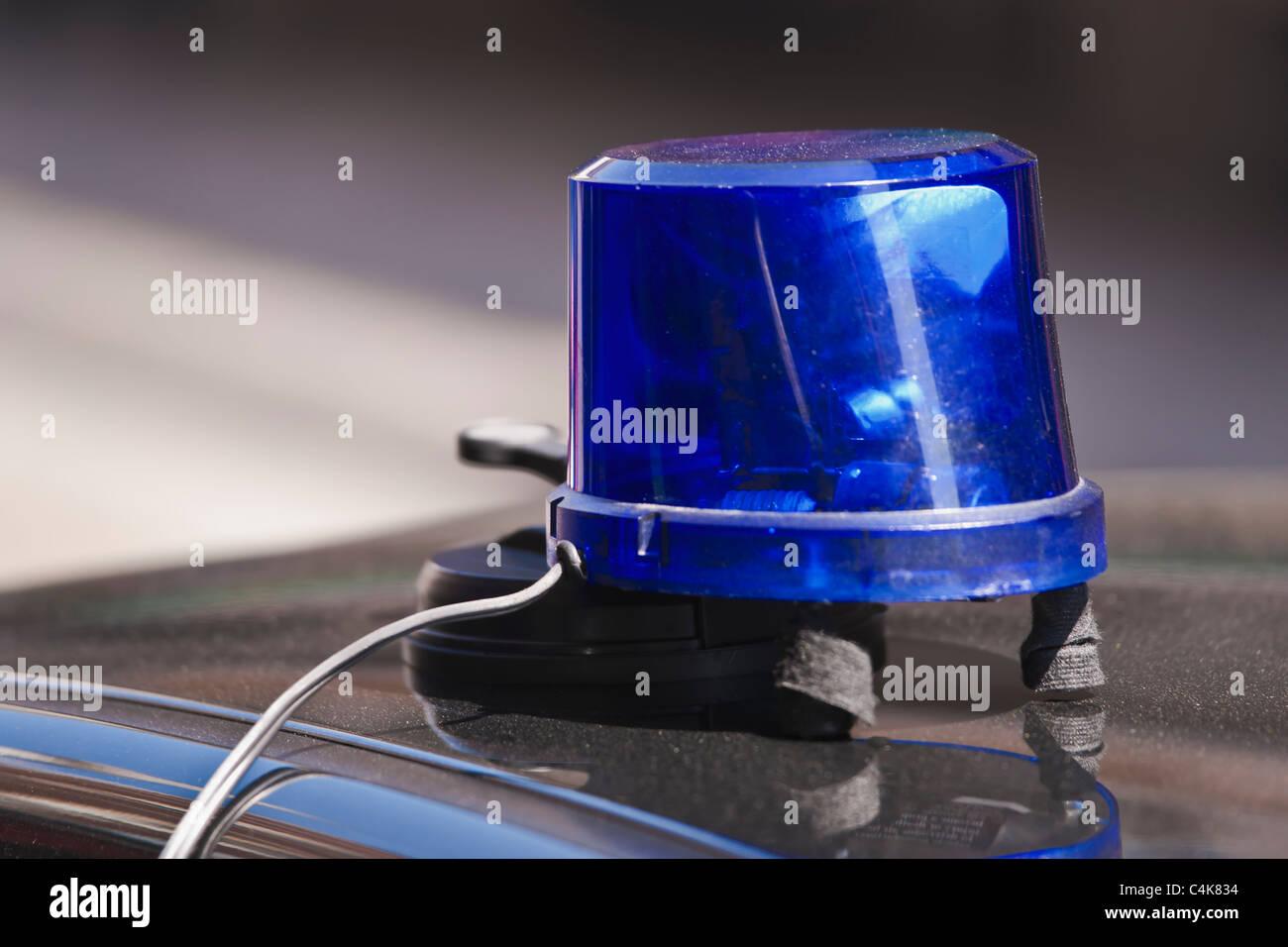 Detailansicht einer blauen Rundumleuchte auf einem Zivilfahrzeug   Detail photo of a blue rotating flashing beacon - Stock Image