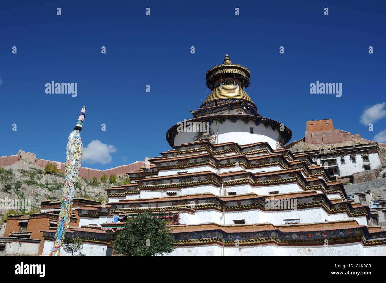 The Kumbum in Gyantse,Tibet. The Kumbum is a multi-storied aggregate of Buddhist chapels. Built in 1497, it forms - Stock Image