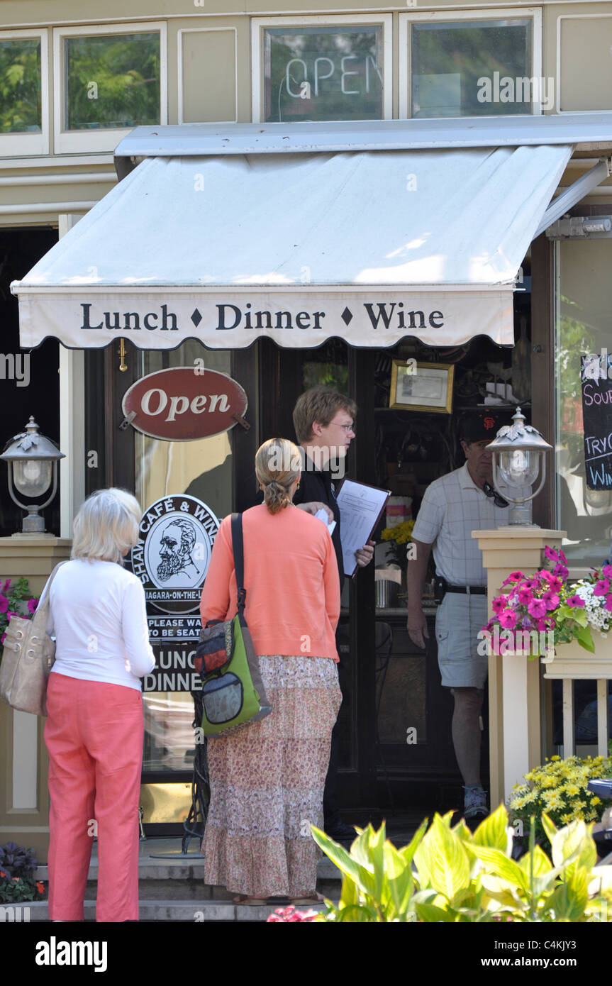 Niagara on the Lake, People at the Entrance to Shaw Cafe and Wine Bar - Stock Image