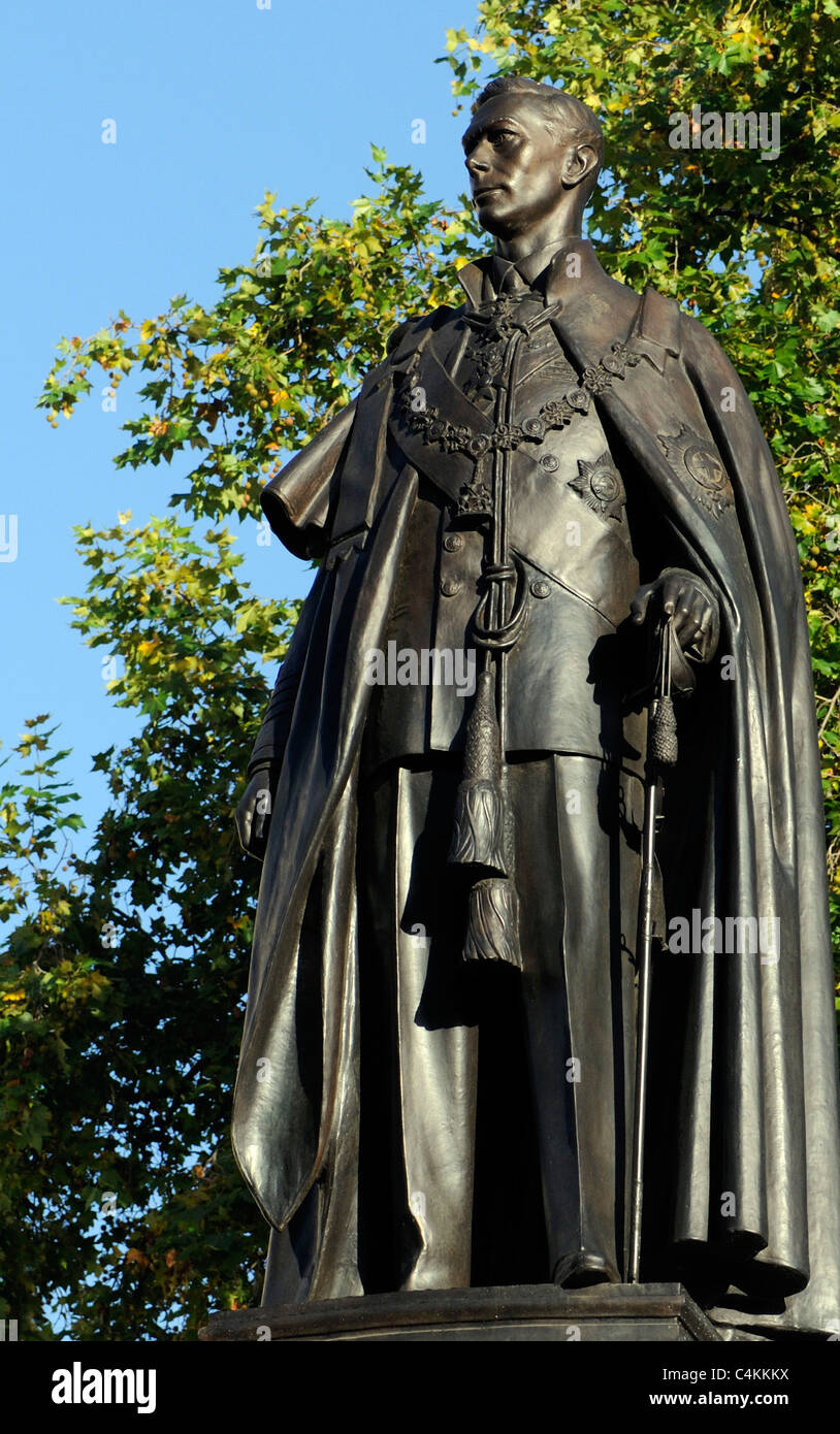 Statue of King George VI in his Garter robes.  The Mall and Carlton Gardens, London, UK. - Stock Image