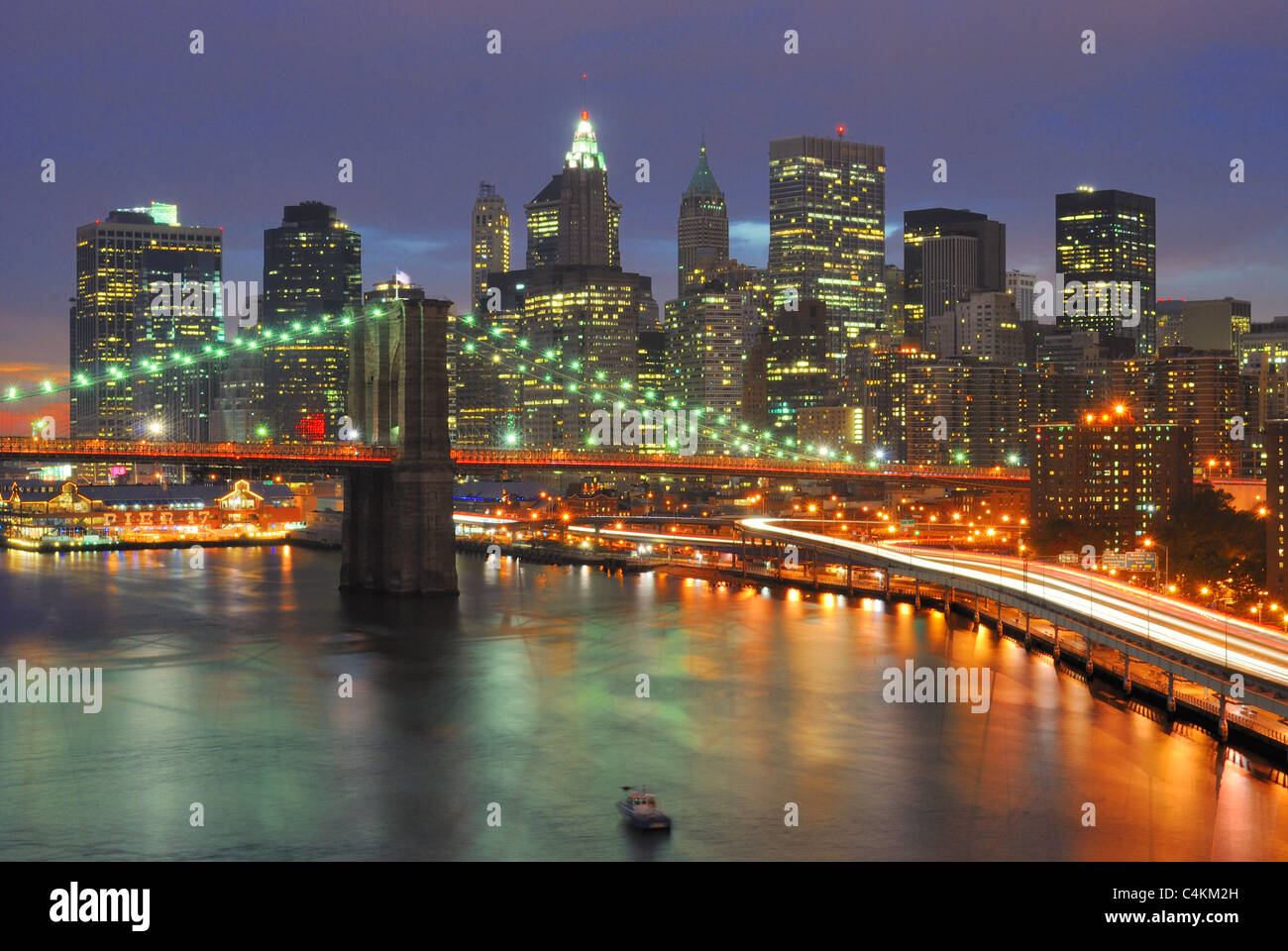 The Brooklyn Bridge Juxtaposed against the downtown New York City Skyline. - Stock Image