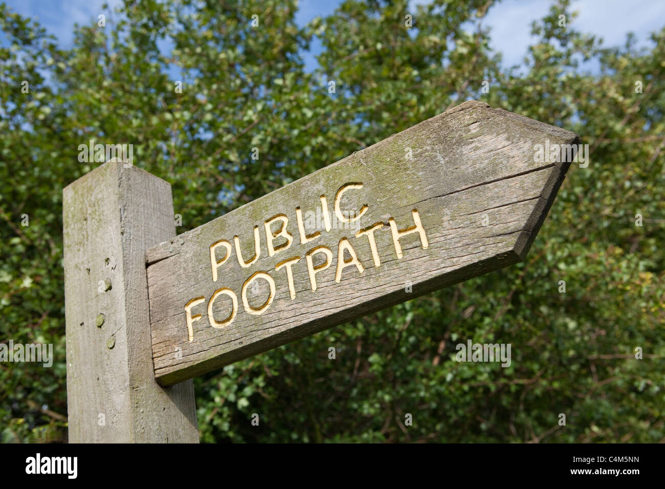 Wooden public footpath sign on post - Stock Image