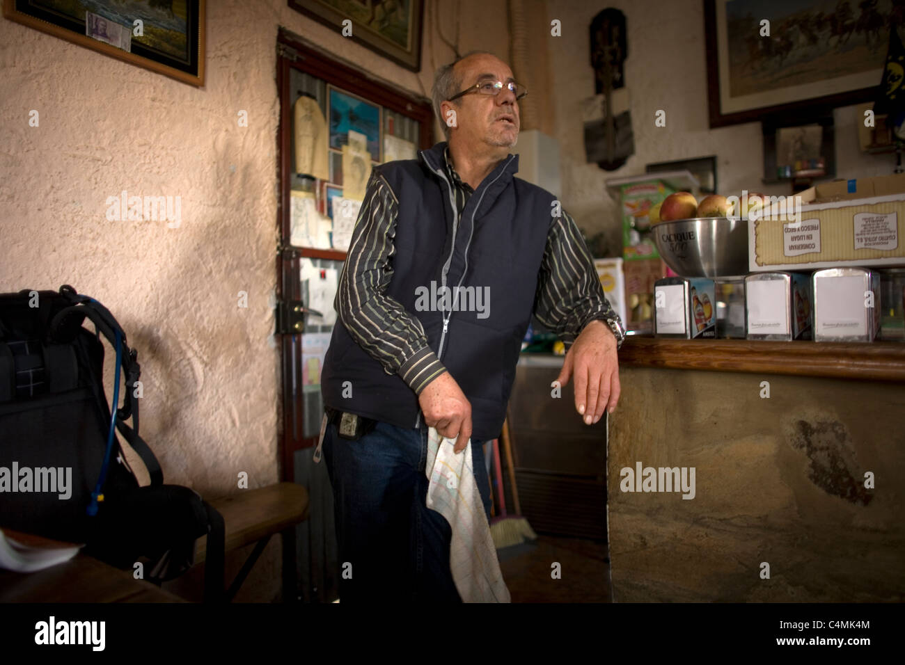 Ramiro, owner of the Cowboy Bar, speaks with customers in the French Way, Way of Saint James,El Ganso, Castilla - Stock Image