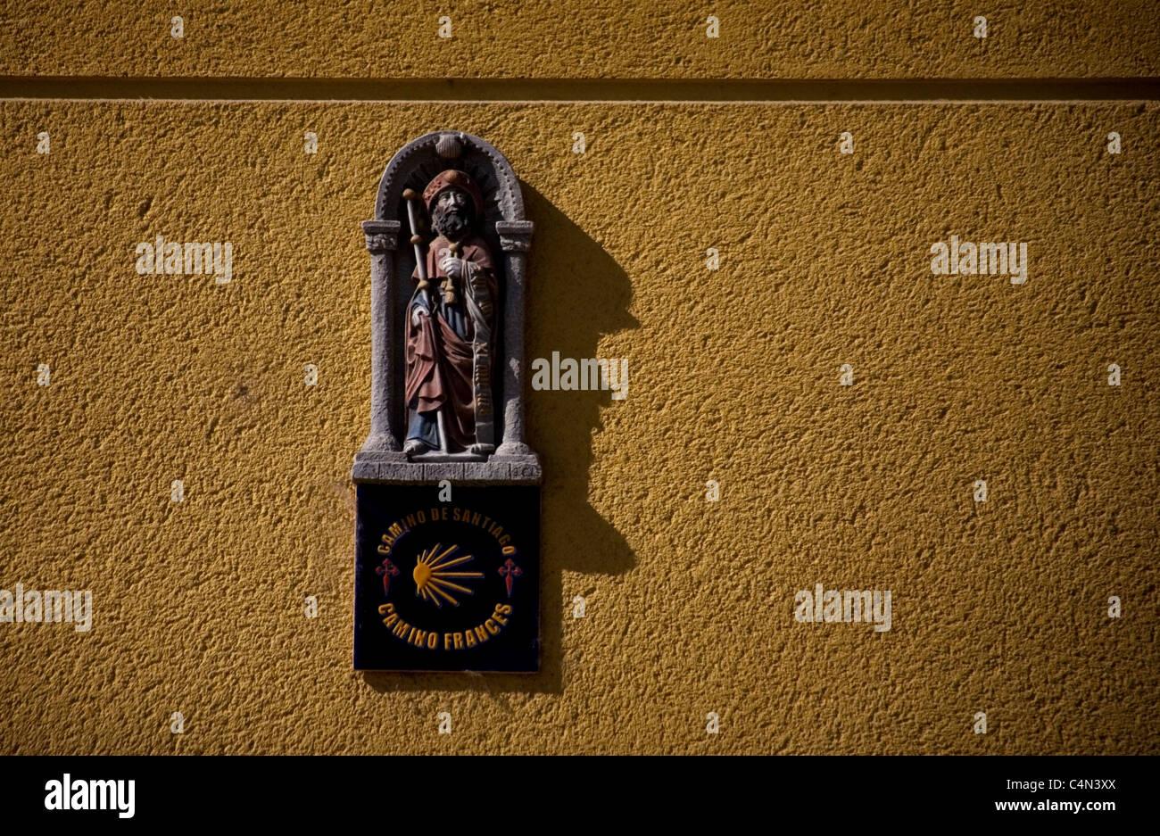 A Saint James sculpture decorates a house facade in the French Way of St. James Way, El Bierzo region, Castilla - Stock Image