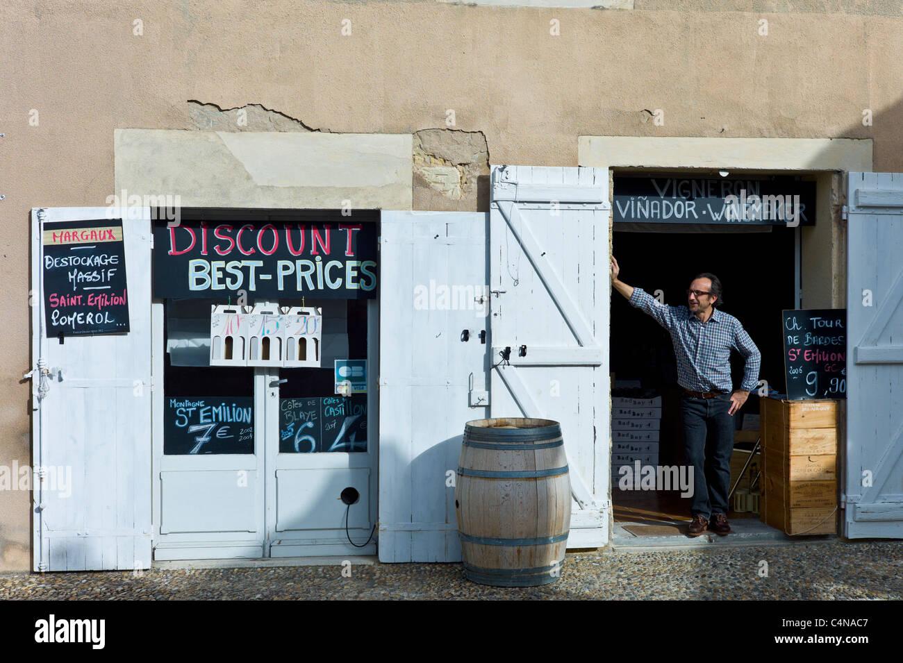 Patron Didier Lambert at discount wine merchants vigneron shop in rue Guadet Saint Emilion, Bordeaux wine region - Stock Image