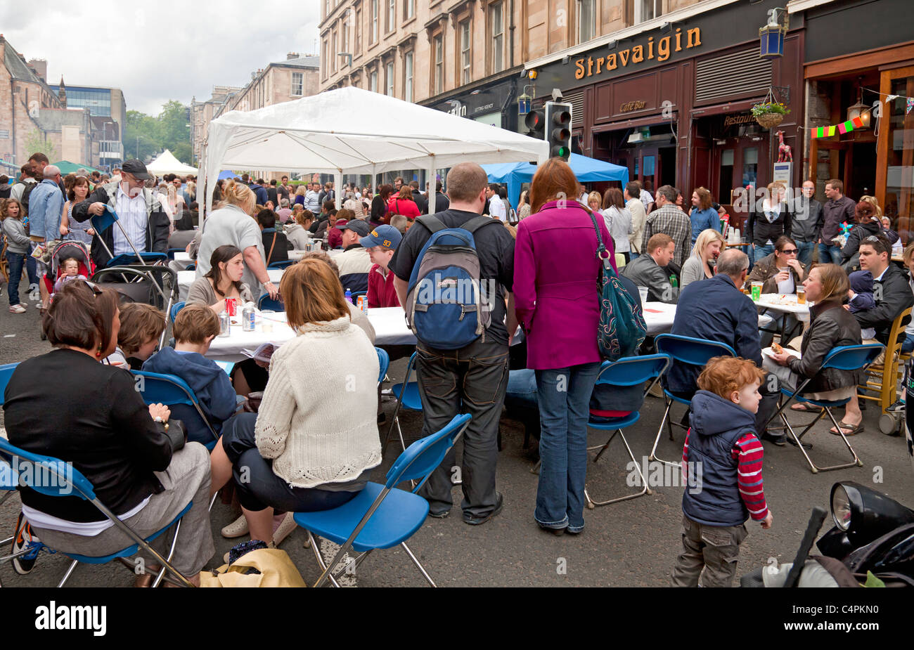 People eating at street tables, Gibson Street Gala, part of Glasgow's  West End Festival. Stravaigan restaurant - Stock Image