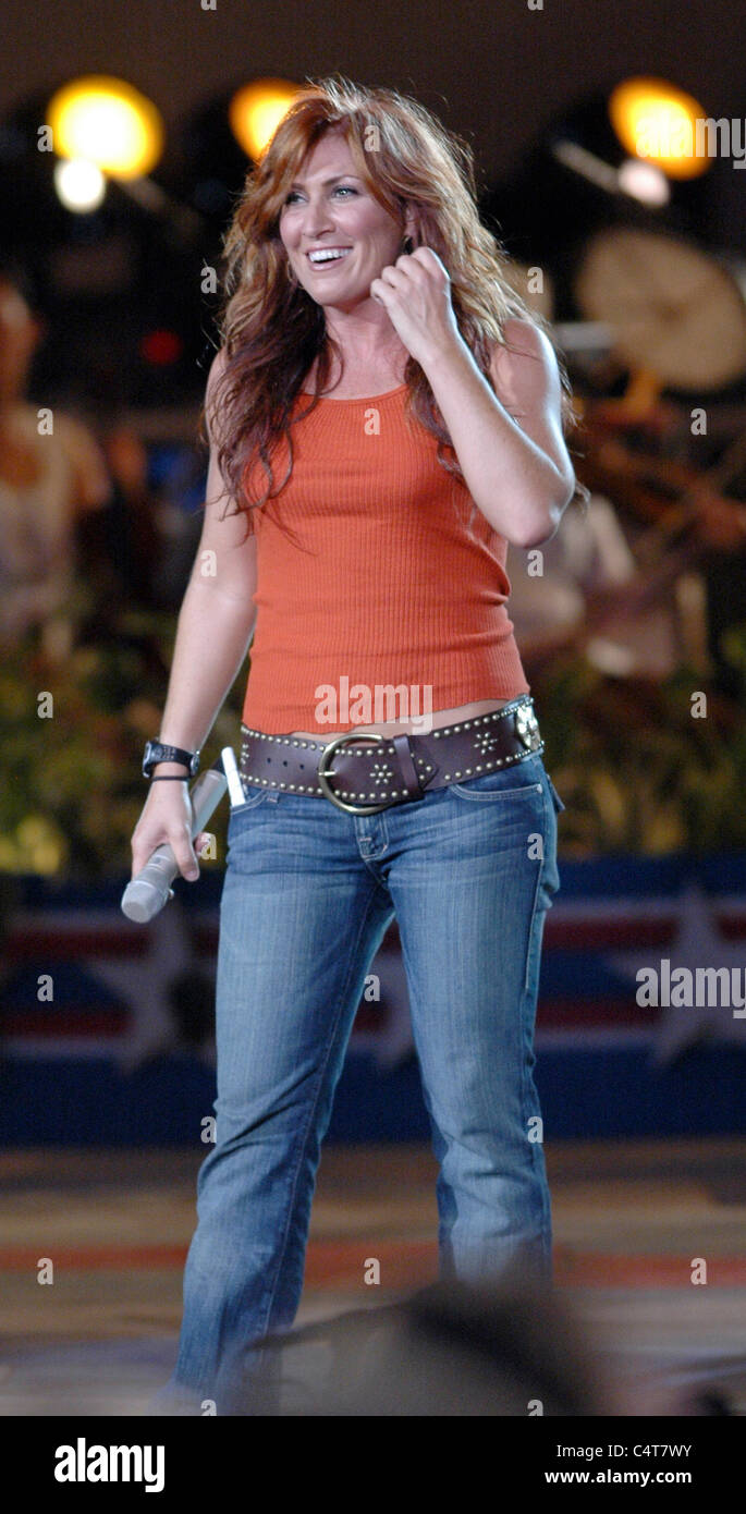 Jo Dee Messina performs at the dress rehearsal for the Capitol Fourth 2006 Holiday Concert at the US Capitol. - Stock Image