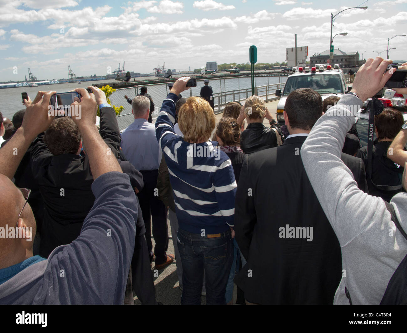 Crowds flocked to the Downtown Heliport in Lower Manhattan to get a glimpse and/or take a photo of President Barack - Stock Image