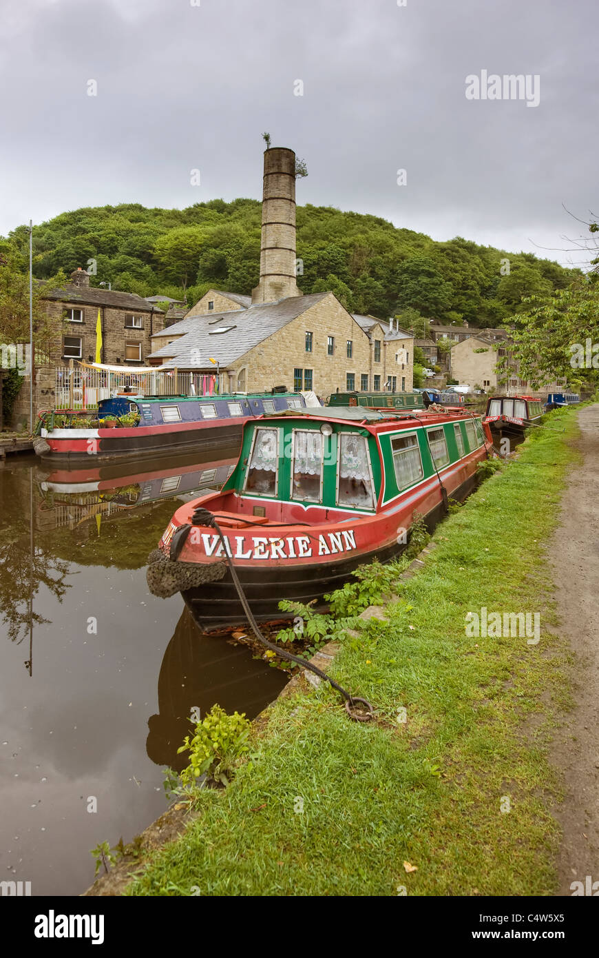 narrowboats at there moorings in hebden bridg - Stock Image