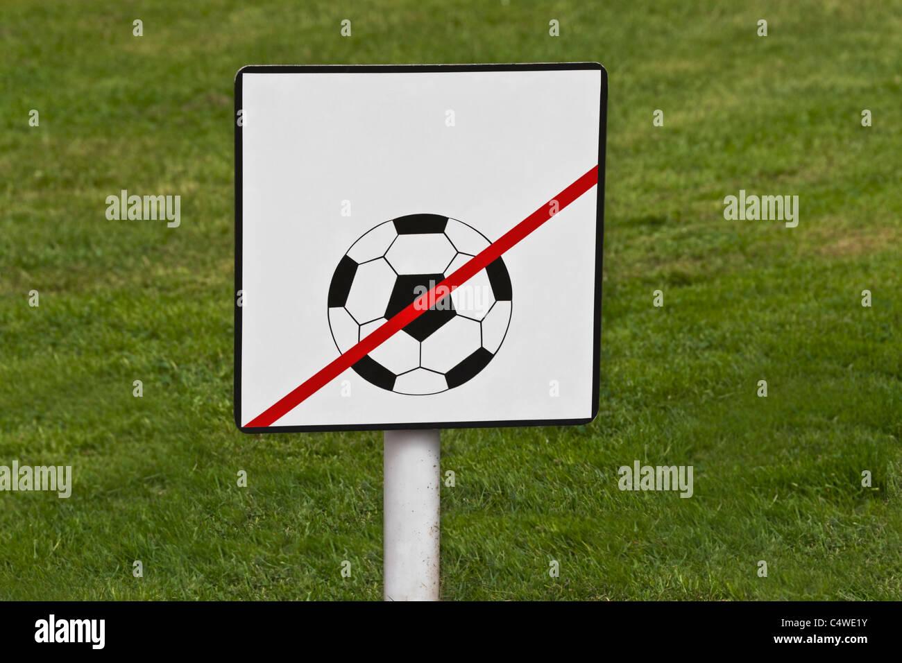 Ball spielen verboten   ball play forbidden - Stock Image