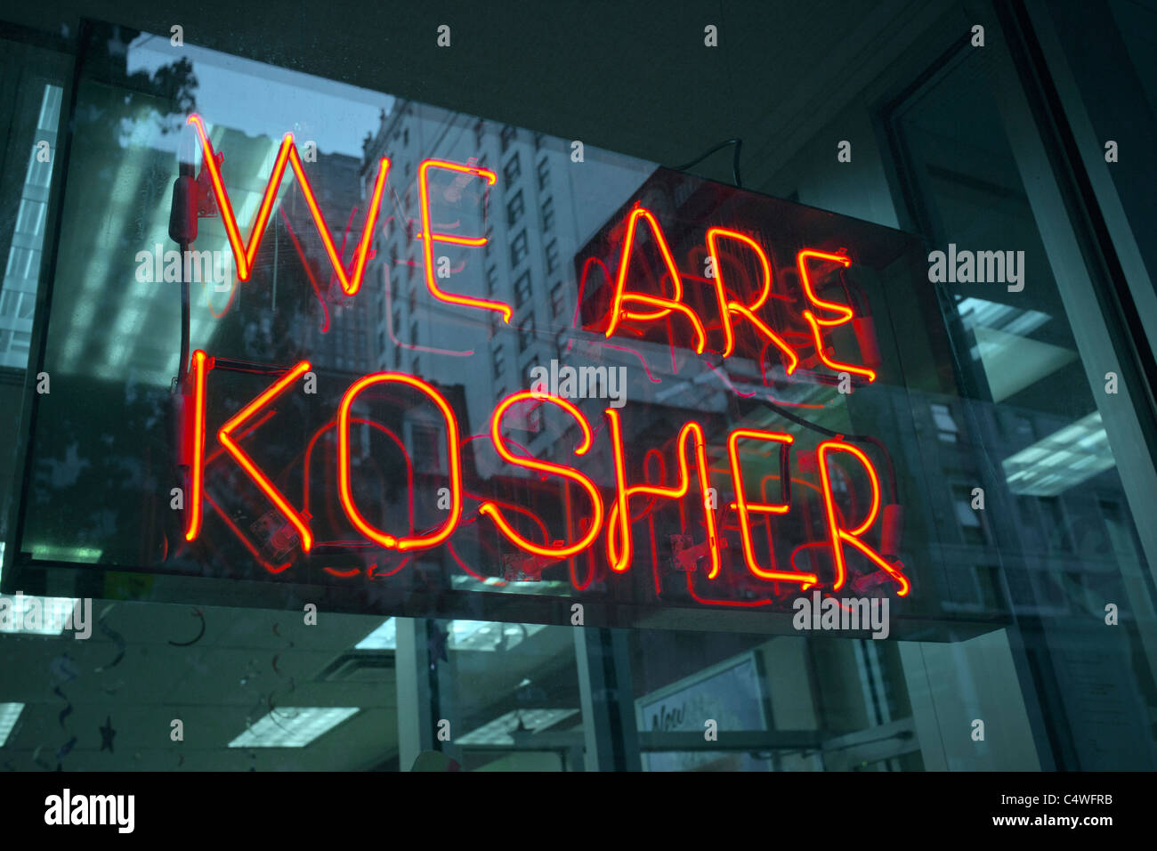A sign in the window of a Dunkin Donuts in New York advertises that they are kosher and observe Jewish dietary laws - Stock Image