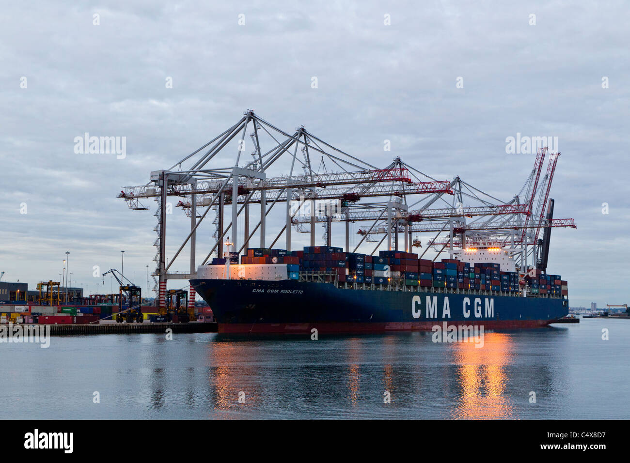 A container ship waits to be unloaded at the port of Southampton. - Stock Image