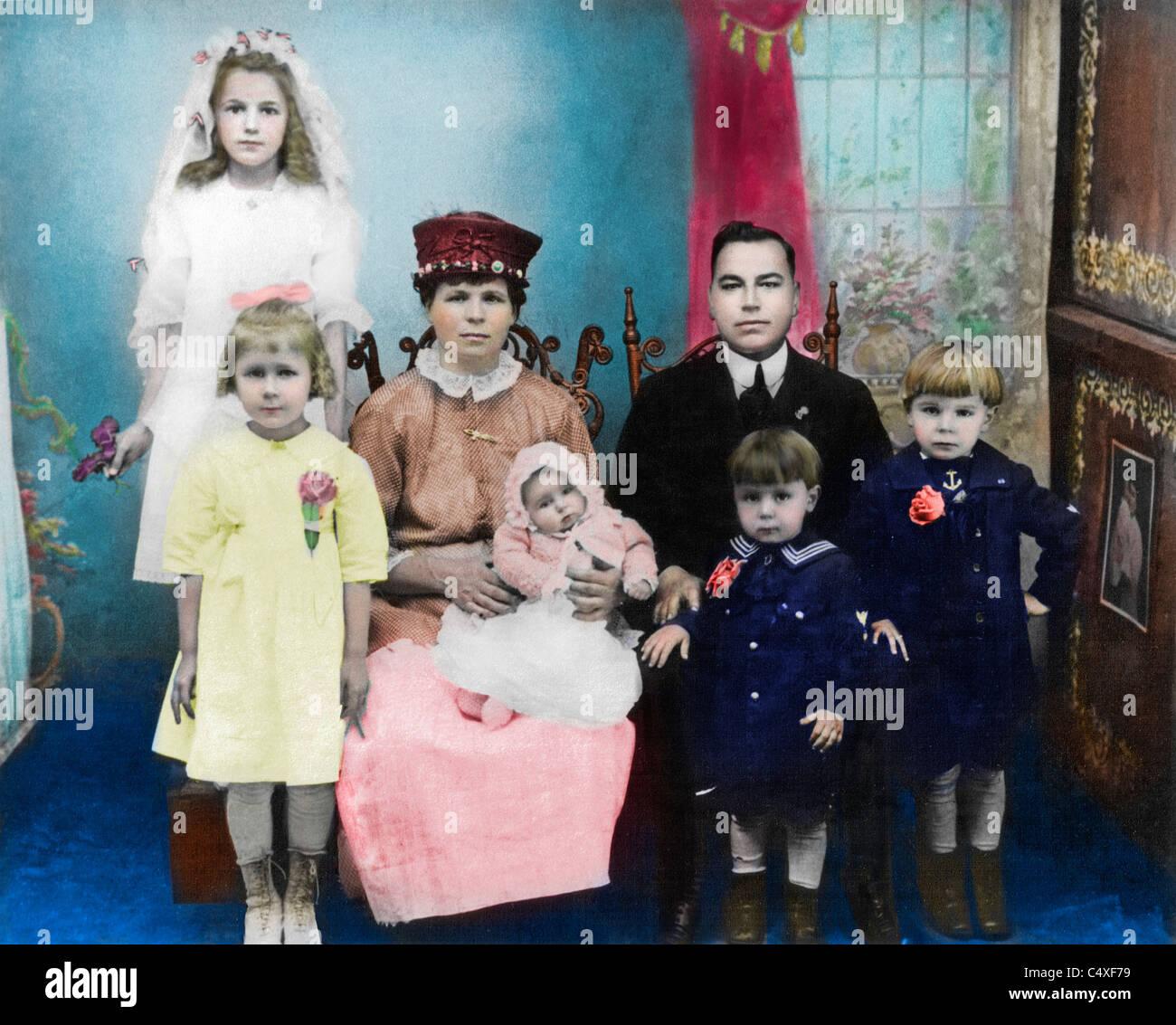 Colorized photo of Ukrainian immigrant family in America, circa 1920 - Stock Image