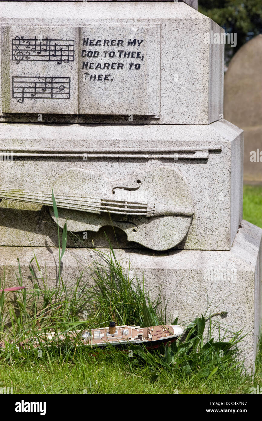 Detail of gravestone of Wallace Hartley, bandmaster on the Titanic, in Colne cemetery - Stock Image