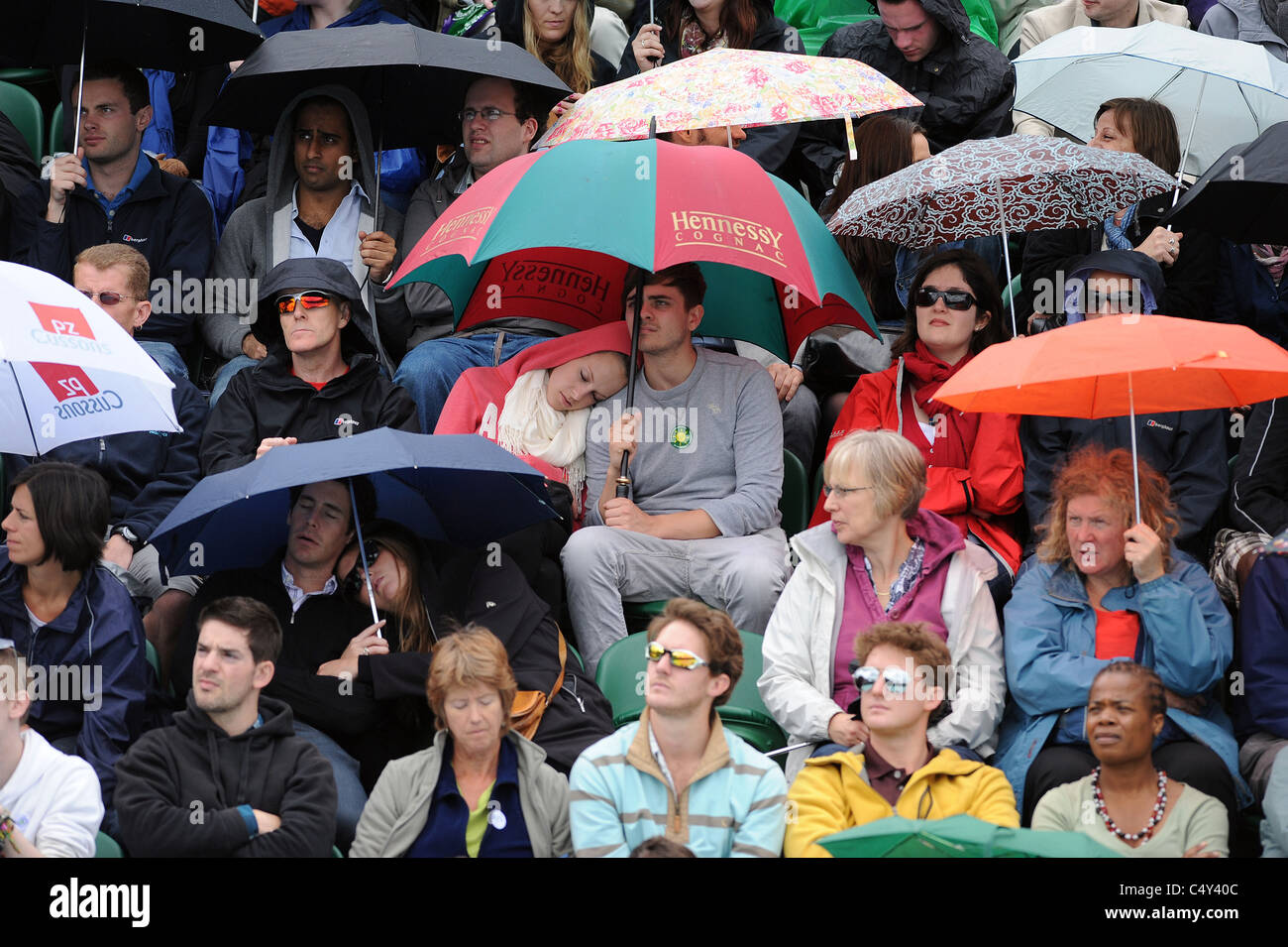 RAIN DELAY UMBRELLAS UP WIMBLEDON CHAMPIONSHIPS 2011 WIMBLEDON LAWN TENNIS CLUB WIMBLEDON ENGLAND 22 June 2011 - Stock Image