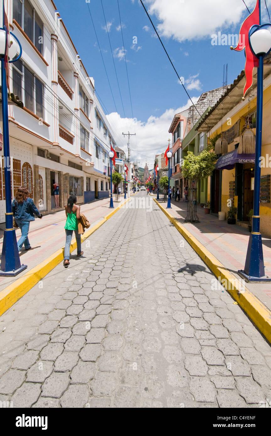 Narrow street in Otavalo in northern Ecuador - Stock Image