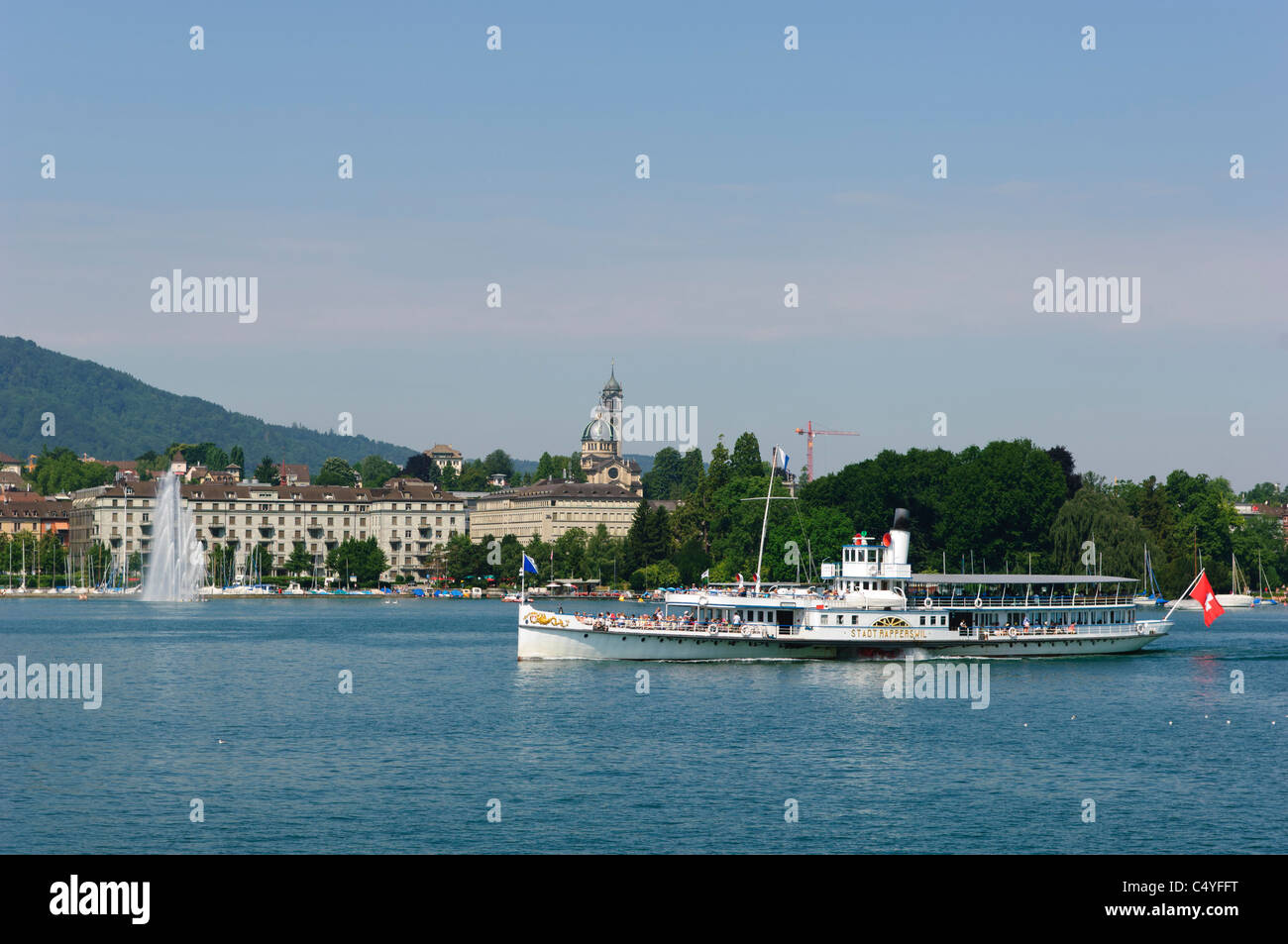 The paddlesteamer Stadt Rapperswil and the jet d'eau on Zúrich  Lake. Switzerland.. - Stock Image