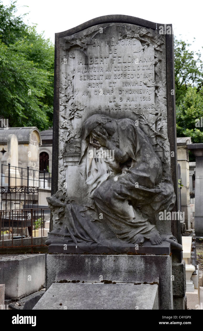 The depiction of a woman in mourning on a tomb in Montmartre Cemetery, Paris, France. - Stock Image