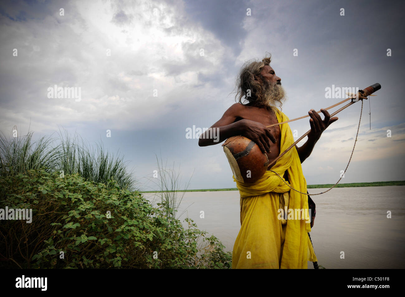 A Baul (Bengali mystic) on the Padma River in Bangladesh - Stock Image