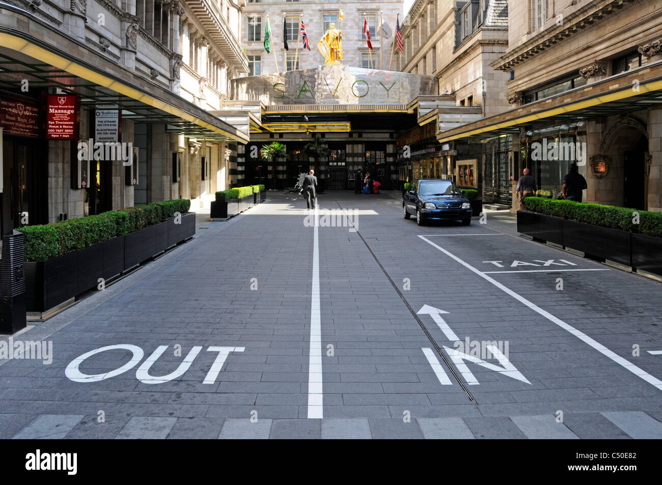 London street scene Savoy Hotel unusual public entrance road driving in on right hand side legal & permitted - Stock Image