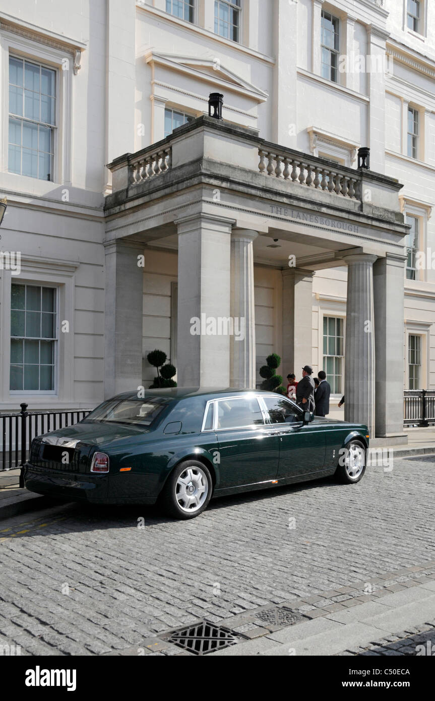 Hyde Park Corner limousine parked outside Knightsbridge entrance to Lanesborough luxury five star hotel guests & - Stock Image