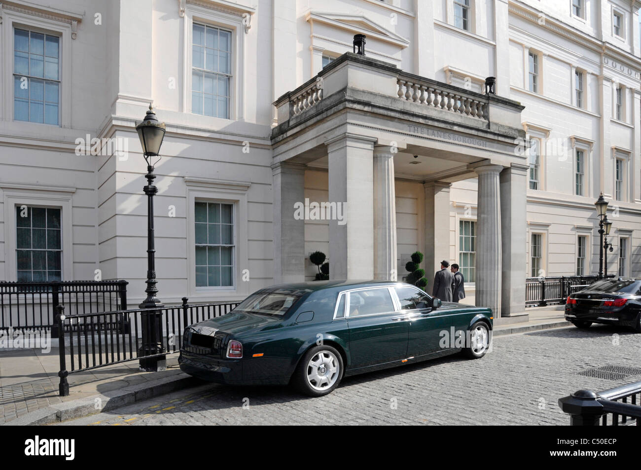 Main entrance to tHyde Park Corner limousines parked outside Knightsbridge entrance to Lanesborough luxury five - Stock Image