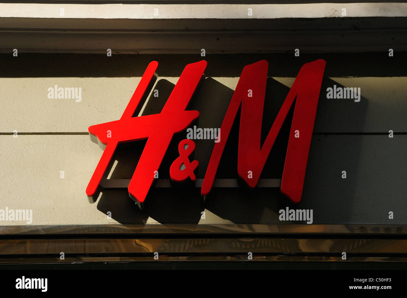 H&M is a popular high-street fashion outlet. - Stock Image