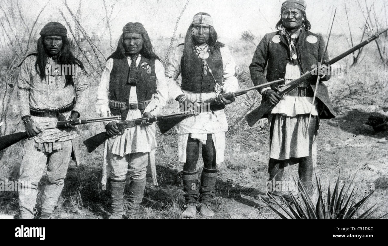 GERONIMO (1829-1909) Chiricahua Apache Indian leader at right with some of his tribe in northern Mexico in 1886 Stock Photo