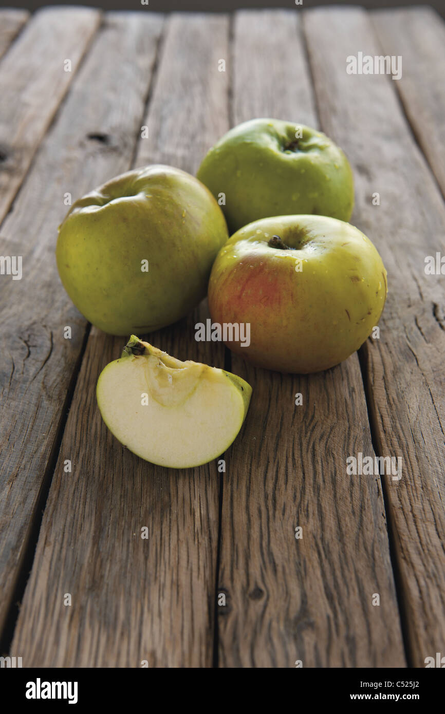 Cooking apples, whole and sliced - Stock Image
