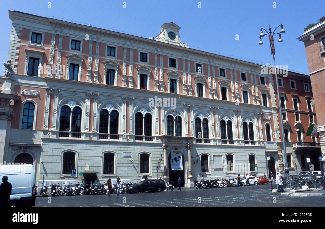 Palazzo della Posta Centrale, Piazza San Silvestro, Rome [...] - Stock Image