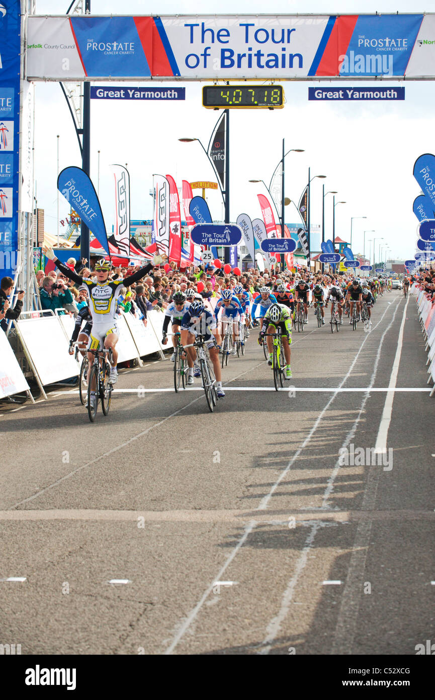 huge crowds cheer the stage finish of the tour of britain in Norfolk - Stock Image