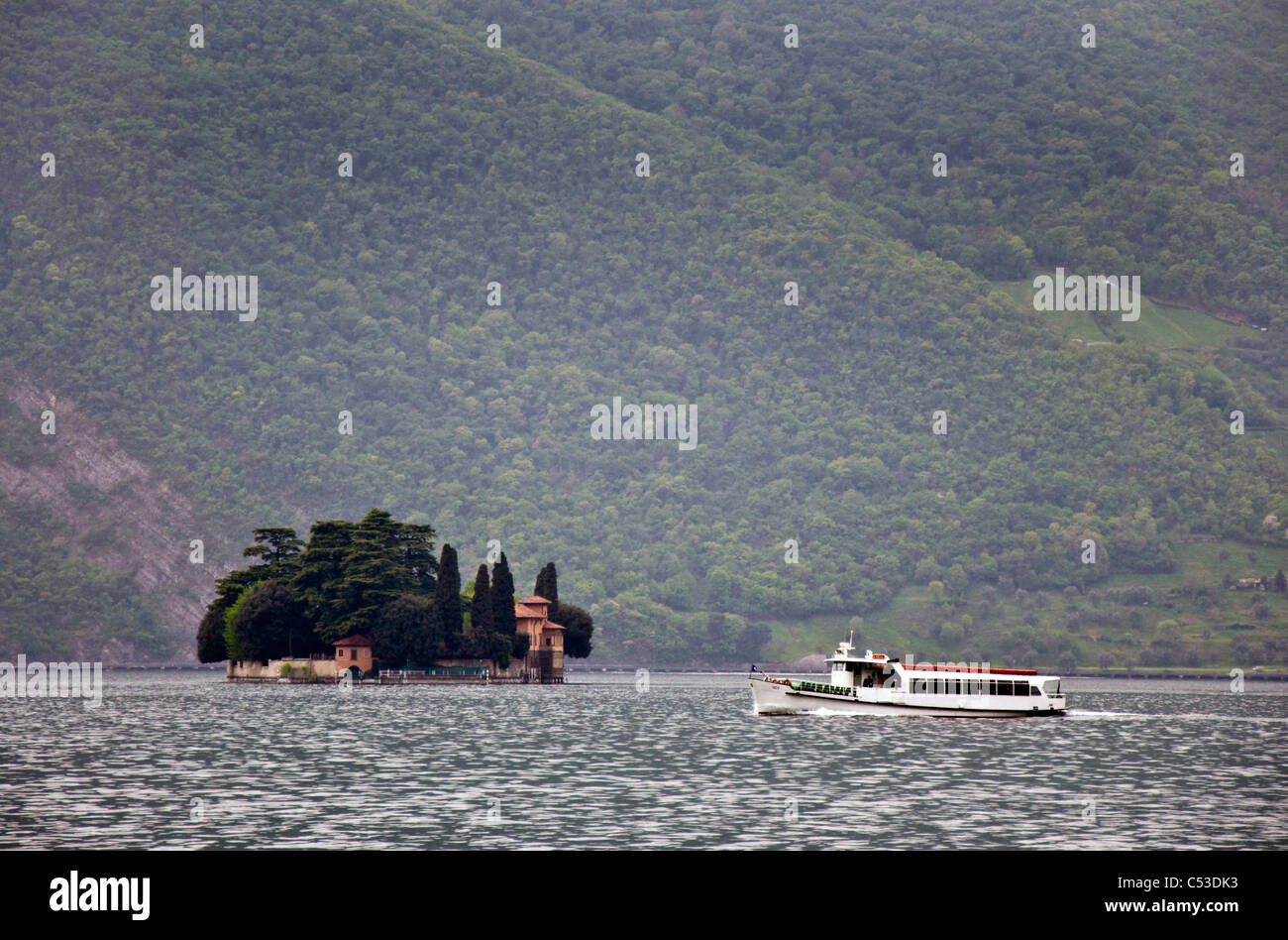 Ferry boat passes Isola di San Paolo on Lake Iseo - Stock Image