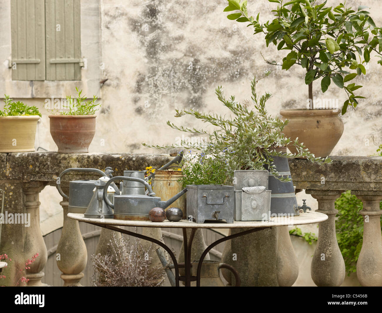 Old mediterranean table with accesories outside of a French stone cottage,Lourmarin,France - Stock Image