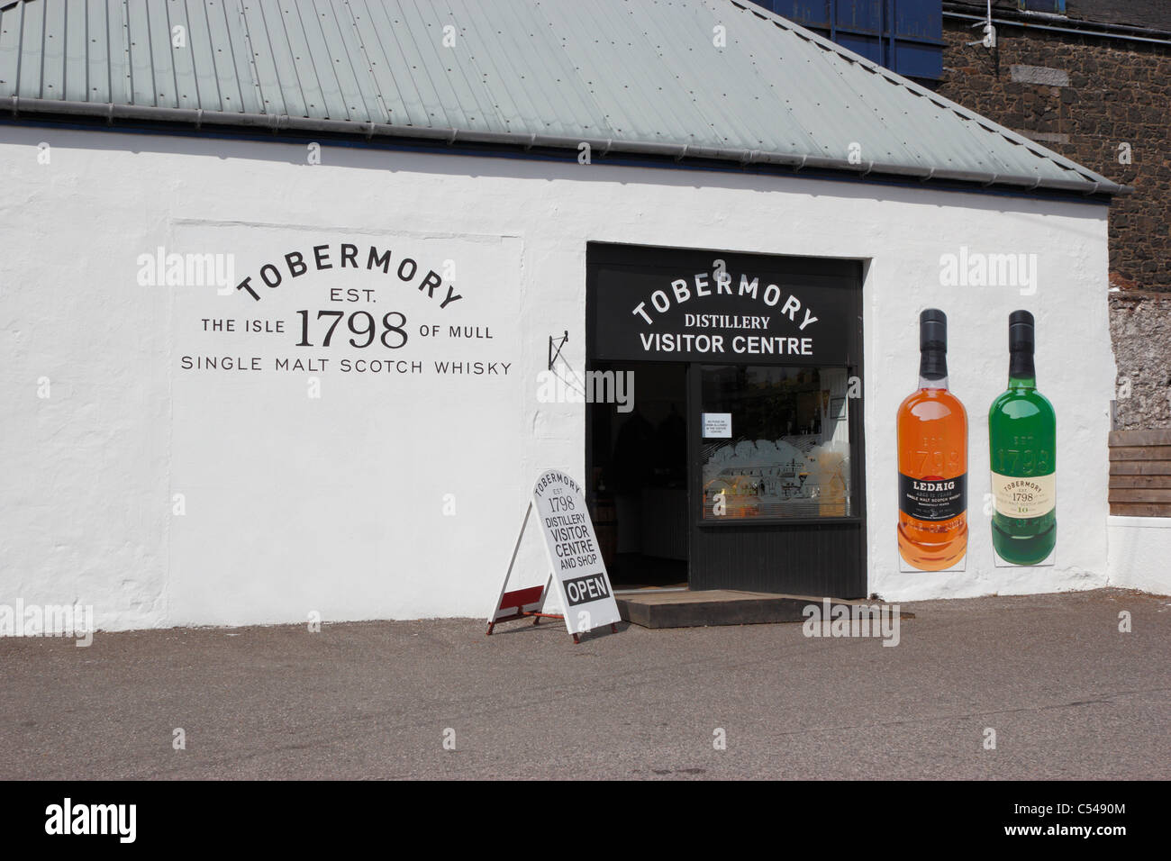 The Tobermory distillery visitor centre on the Isle of Mull Stock Photo