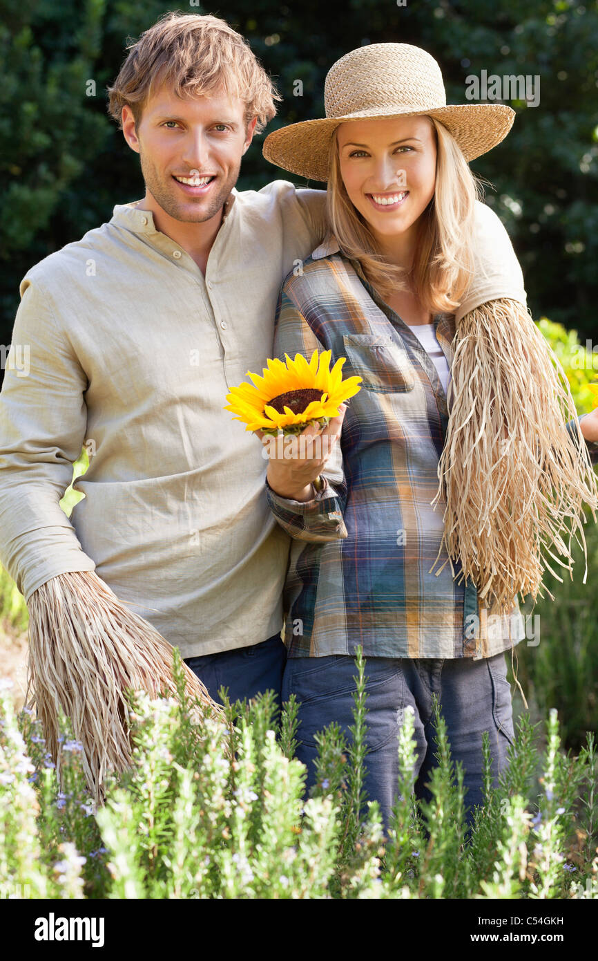 Portrait of a couple in scarecrow pose in a field - Stock Image