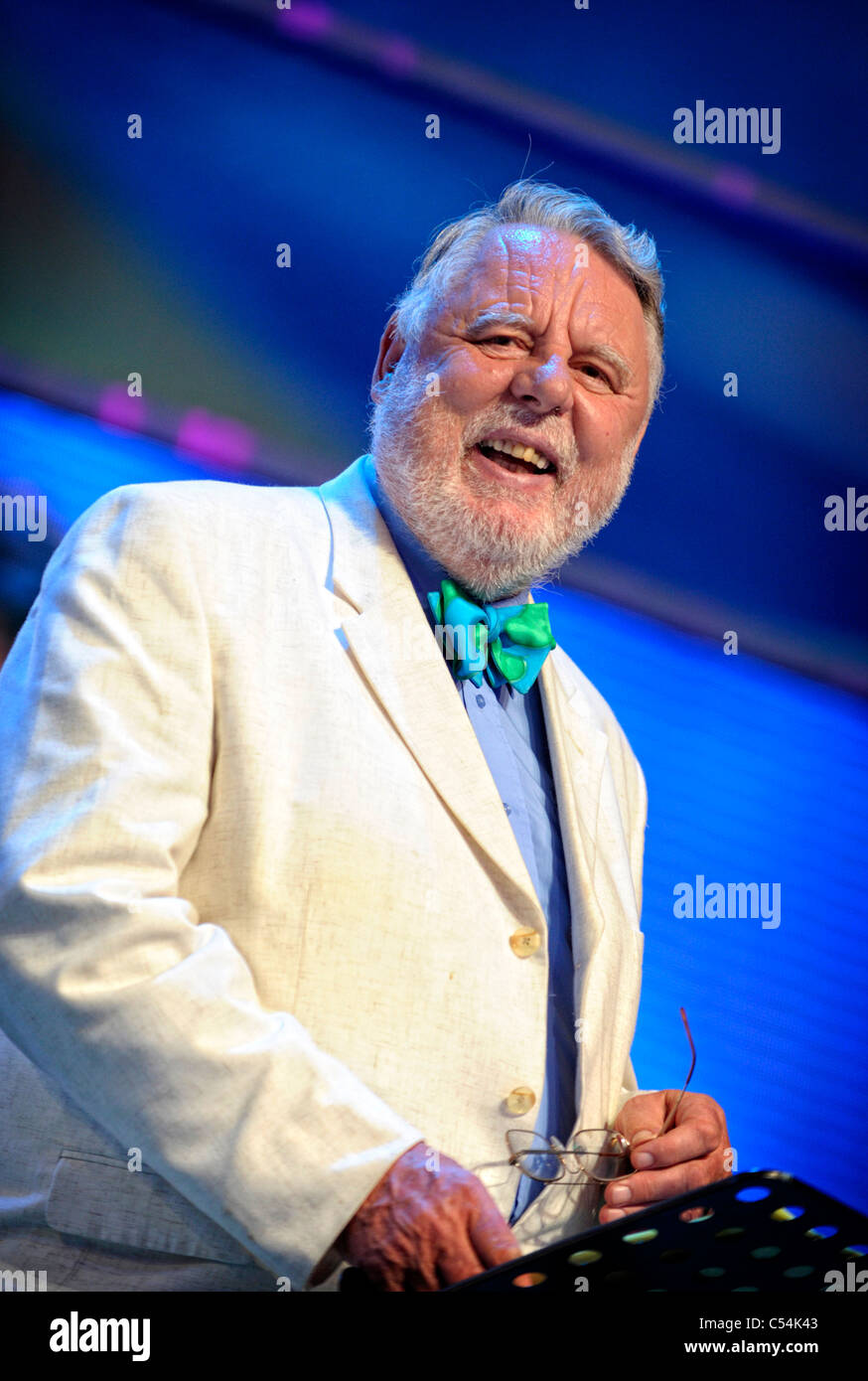 Terry Waite CBE President of the Llangollen International Musical Eisteddfod, addressing the audience at the 2011 - Stock Image