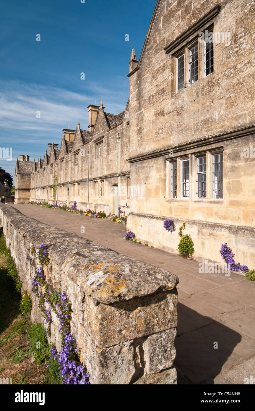 A row of stone Almshouses in the small historic wool town of Chipping Campden, Cotswolds, England - Stock Image