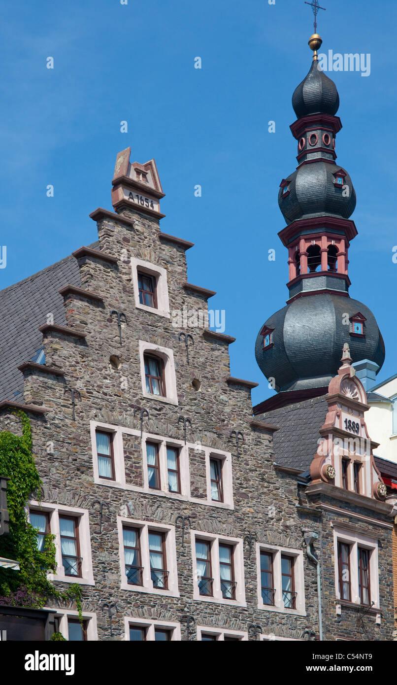 Giebel von alten Moselhaeusern, Sankt Martin Kirche, Cochem, Gable roofs, old houses at promenade, Saint Martin - Stock Image
