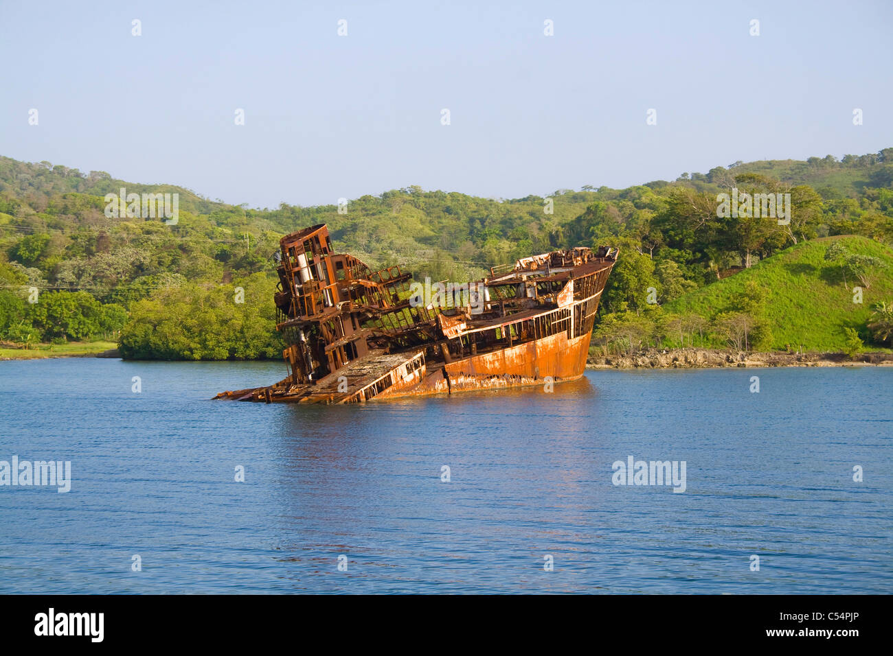 Schiffswrack in der Einfahrt zu French Harbour, ship wreck at the entry of French harbour - Stock Image