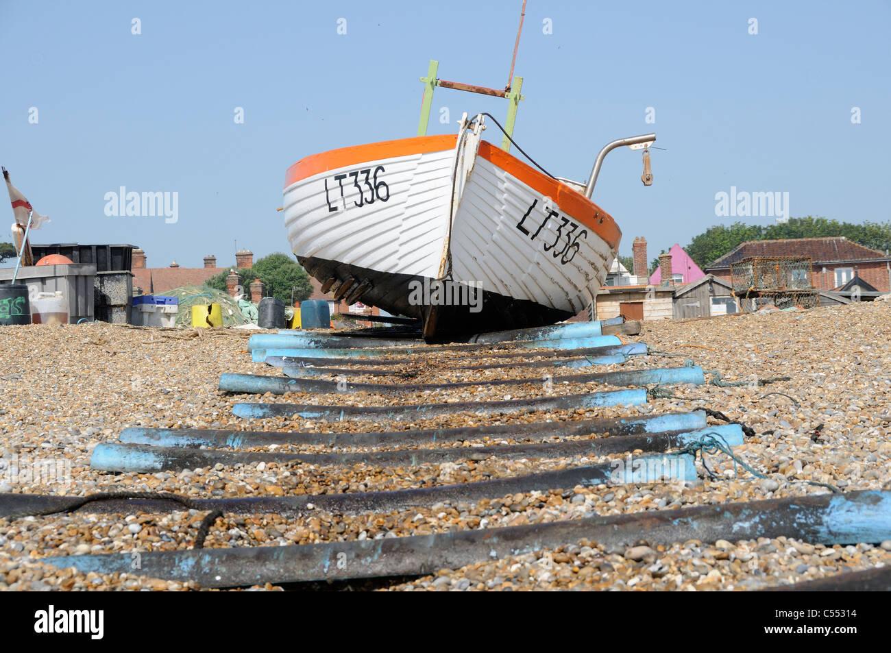 Fishing boat on shingle beach, Aldeburgh, Suffolk, England, July - Stock Image