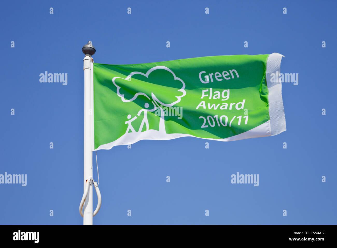 England, UK. Green Flag Award scheme 2010/11 flying flag against blue sky - Stock Image