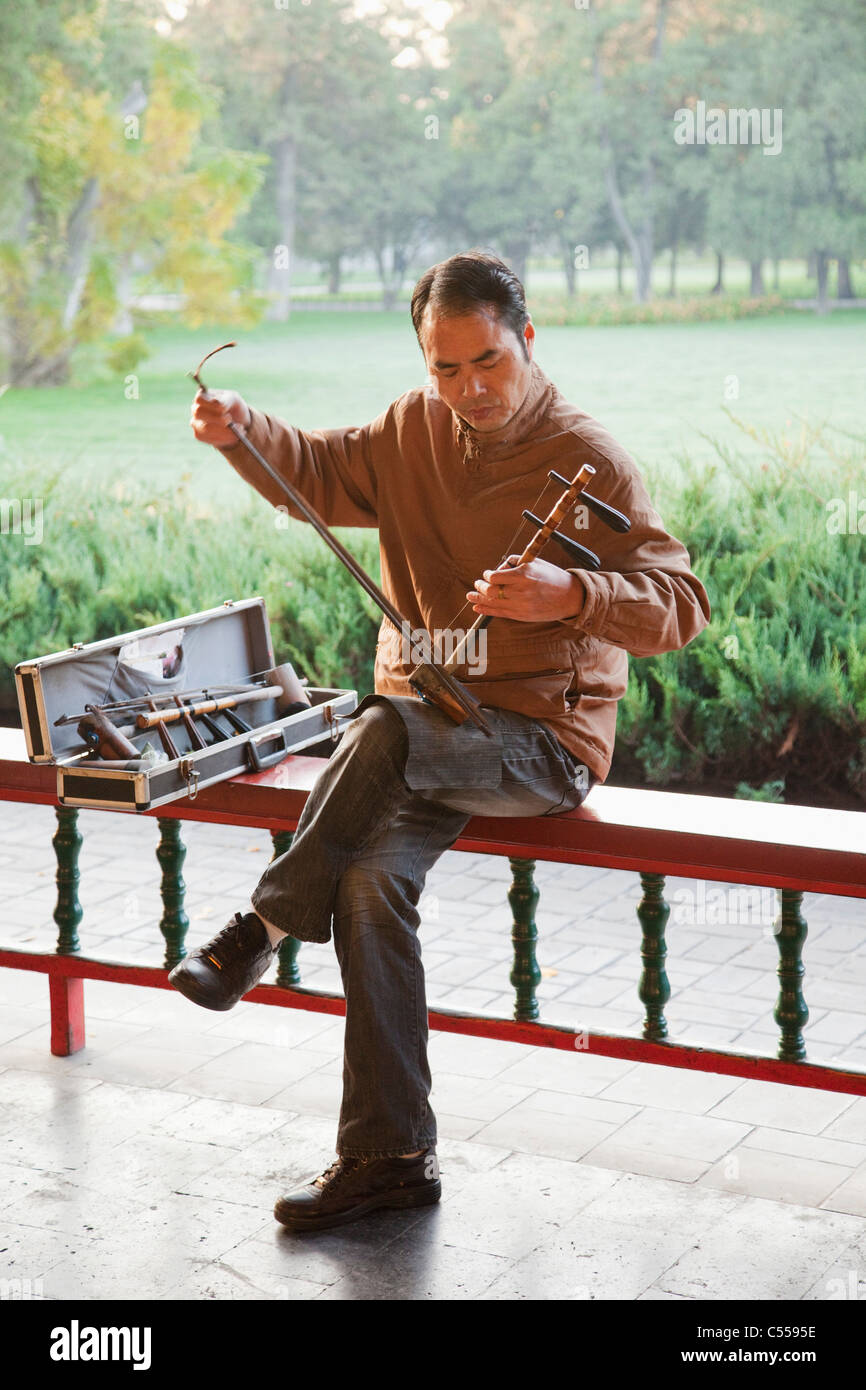 Man playing Erhu the traditional Chinese stringed instrument, Temple Of Heaven, Beijing, China - Stock Image