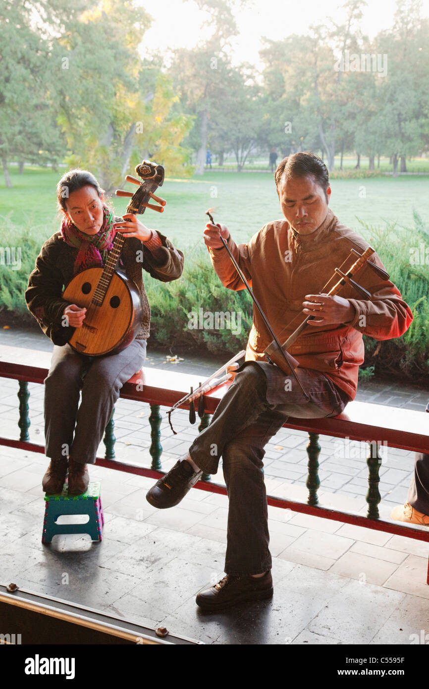 Man with a woman playing traditional Chinese stringed instruments, Temple Of Heaven, Beijing, China - Stock Image