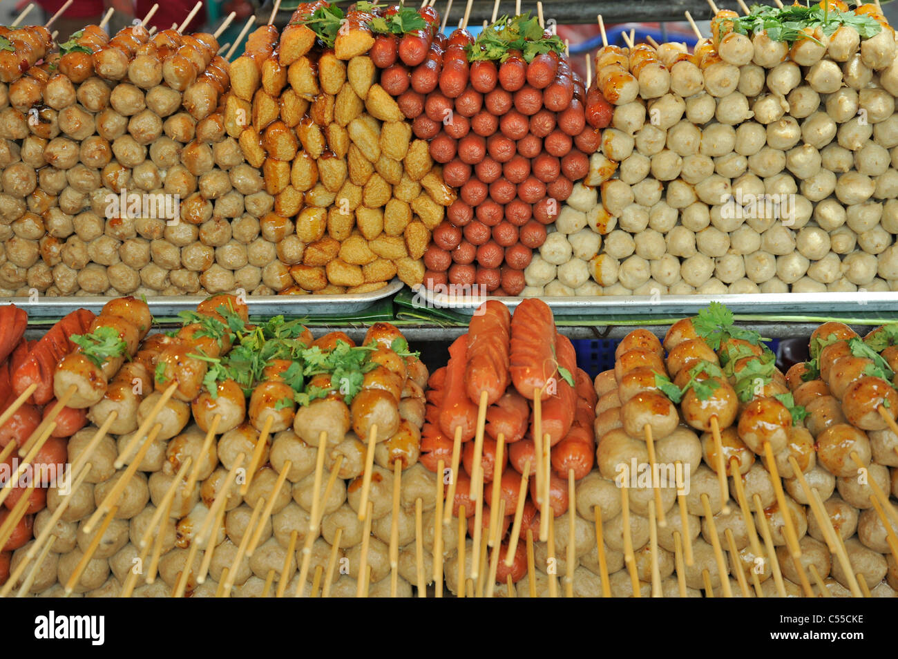 Thai food at a market stall, Chatuchak Weekend Market, Bangkok, Thailand - Stock Image