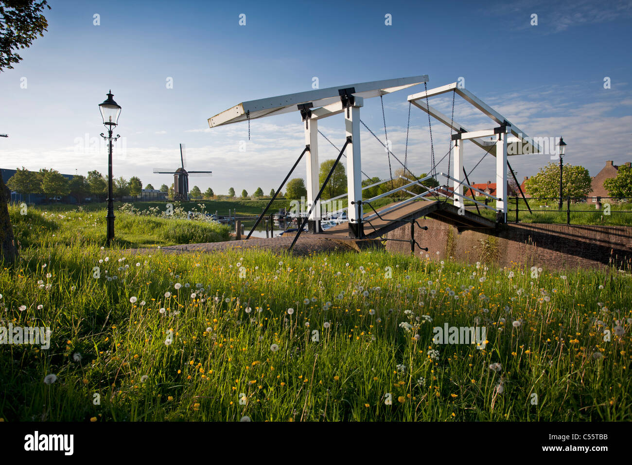 The Netherlands, Fortified city of Heusden. Lift bridge and windmill. - Stock Image