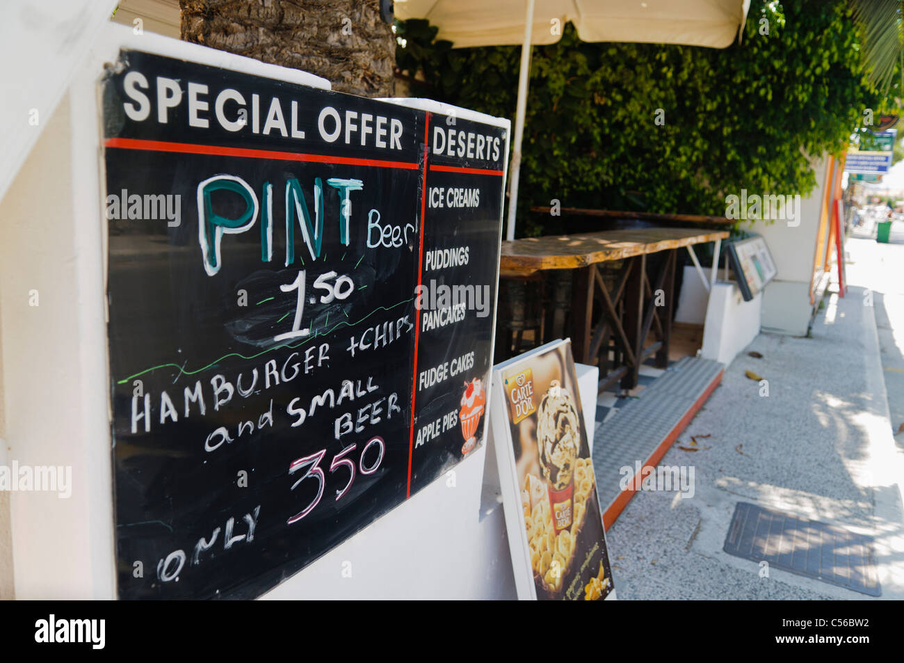 Sign at a bar/restaurant offering cheap pints - Stock Image